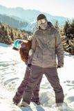Paar snowboarder op zijn plaats in de bergen Stock Foto's