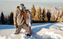 Paar snowboarder op zijn plaats in de bergen Stock Afbeeldingen