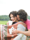 Paar-Snuggling und trinkender Tee Stockbild