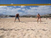Paar spielt beachvolleyball Lizenzfreies Stockfoto