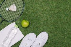 Paar sportschoenen, verse appel en toebehoren voor sport op gr. stock foto