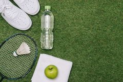 Paar sportschoenen, verse appel en toebehoren voor sport op gr. stock afbeeldingen