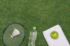 Paar sportschoenen, verse appel en toebehoren voor sport op groen gras, gezonde en actieve levensstijlen, exemplaarruimte voor te royalty-vrije stock fotografie