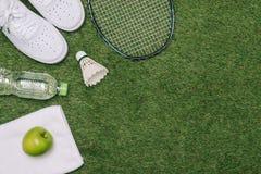 Paar sportschoenen, verse appel en toebehoren voor sport op groen gras, gezonde en actieve levensstijlen, exemplaarruimte voor te royalty-vrije stock foto's