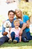 Paar in stadspark met zoon en hond stock foto's