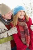 Paar-stehende Außenseite in der Snowy-Landschaft Lizenzfreies Stockfoto