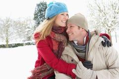 Paar-stehende Außenseite in der Snowy-Landschaft Stockbild