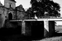 Paar steht auf der alten Brücke über dem Abgrund Lizenzfreies Stockbild