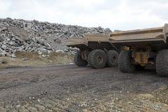 Paar stortplaatsvrachtwagens in grint Stock Afbeelding