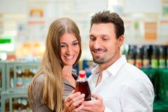 Paar in supermarkt het kopen dranken Stock Fotografie
