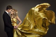 Paar-Tanzen, eleganter Mann und Frau, Mode-Modell Gold Dress Stockbild