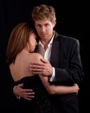 Paar-Tanzen gegen schwarzen Hintergrund Lizenzfreies Stockfoto