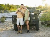 Paar tegen Jeep With Binoculars  stock afbeelding