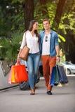 Paar terwijl het winkelen stock afbeeldingen