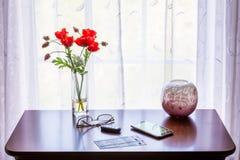 Paar theaterkaartjes op lijst met venster Stock Foto