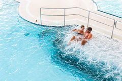 Paar in thermische wellness spa op watermassage Royalty-vrije Stock Foto's