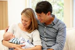 Paar thuis met nieuwe baby royalty-vrije stock foto