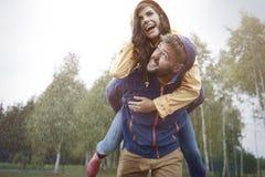 Paar tijdens de herfst Royalty-vrije Stock Afbeeldingen