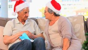 Paar tijdens de Kerstmisdag stock videobeelden