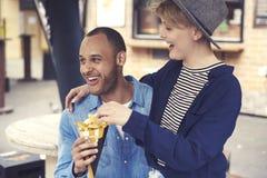 Paar tijdens het het eten straatvoedsel royalty-vrije stock afbeeldingen