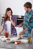 Paar tijdens het maken van pizza Royalty-vrije Stock Foto's