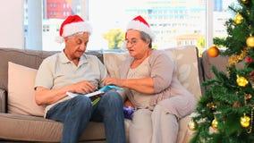 Paar tijdens Kerstmisdag stock footage