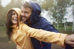 Paar tijdens regenachtige dag Royalty-vrije Stock Foto
