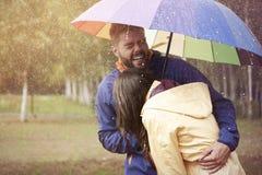Paar tijdens regenachtige dag Stock Fotografie