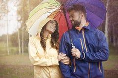 Paar tijdens regenachtige dag Stock Foto