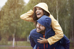 Paar tijdens regenachtige dag Stock Afbeeldingen