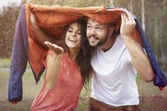 Paar tijdens regenachtige dag Stock Foto's