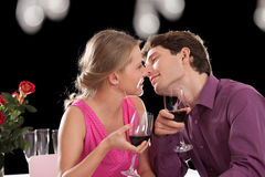 Paar tijdens romantisch diner stock afbeelding