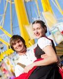 Paar in Tracht op Dult of Oktoberfest Stock Afbeelding