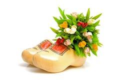 Paar traditionele Nederlandse gele houten schoenen Stock Afbeeldingen