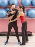 Paar-Training in einer Turnhalle Stockbilder