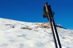 Paar trekkingspolen op de achtergrond van sneeuwberg Stock Fotografie