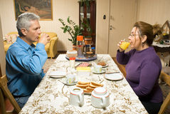 Paar-trinkender Saft an einem Tabelle-Horizontalen stockfotos