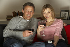 Paar-trinkender Wein und überwachendes Fernsehen Stockbild