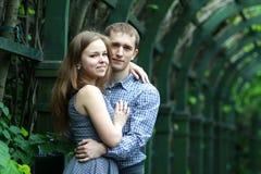 Paar in tuin Royalty-vrije Stock Foto's