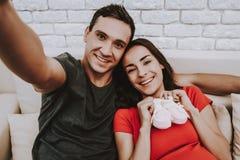 Paar tut Selfie am Handy lizenzfreie stockfotos