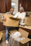 Paar uitpakkende dozen op middelbare leeftijd. Stock Afbeelding