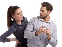 Paar- und Geheimnismitteilung am Handy Stockfoto
