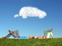 Paar- und Wolkentraumauto Lizenzfreies Stockfoto