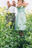 Paar vóór huwelijk met rood teken op hun handen Stock Fotografie