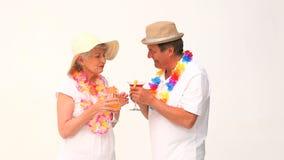 Paar in vakantie het drinken cocktails stock videobeelden