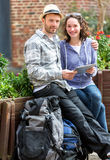 Paar van aantrekkelijke toeristen die tablet gebruiken tijdens een pauze stock afbeeldingen