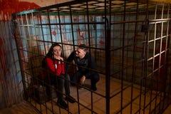 Paar van bang gemaakte die Halloween-slachtoffers in een metaal worden gevangengenomen cag royalty-vrije stock fotografie
