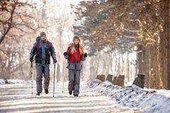 Paar van bergbeklimmers die op de winter wandelen Stock Afbeelding