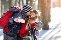 Paar van bergbeklimmers die selfie op de winter nemen Stock Fotografie