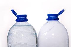 Paar van blauwe flessen water Stock Afbeeldingen